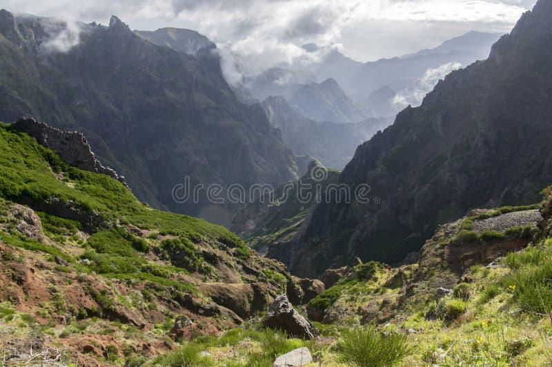 Pico hace la pista de senderismo de Arieiro, el paisaje mágico asombroso con visiones increíbles, las rocas y la niebla, vista de fotos de archivo libres de regalías