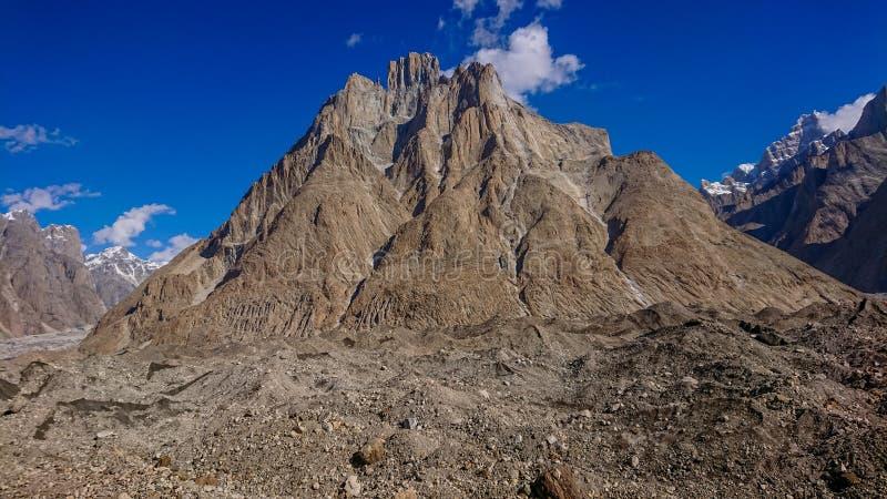 Pico hermoso de la catedral del camping de Urdukas en la manera K2 al campo bajo, Skardu, Gilgit, Paquistán imagen de archivo libre de regalías