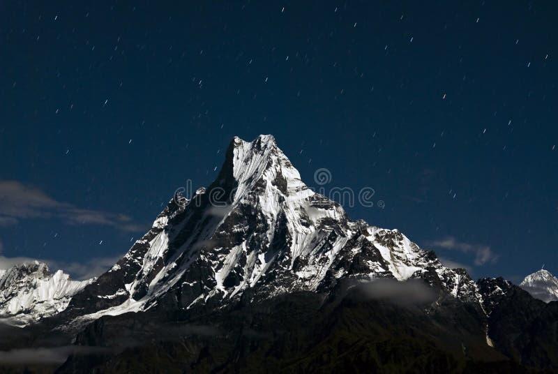 Pico na noite, Nepal de Macchapucchare imagens de stock