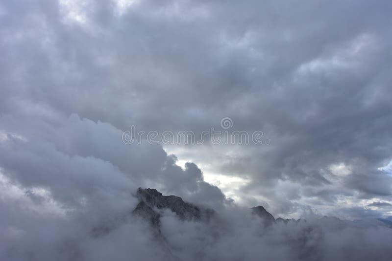 Pico que fuma de una montaña imagen de archivo