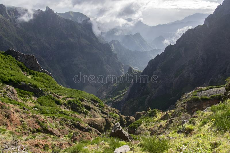 Pico robi Arieiro wycieczkuje ślad, zadziwiającego magia krajobraz z nieprawdopodobnymi widokami, skały i mgłę, widok dolina międ zdjęcia royalty free