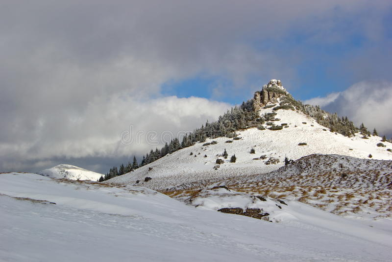 Pico rocoso en invierno, Eslovaquia imágenes de archivo libres de regalías