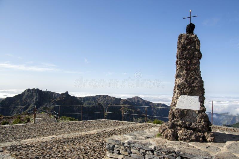 Pico Ruivo远足,峰顶、晴朗的天气与低云和蓝天,海岛马德拉岛,葡萄牙 免版税库存照片