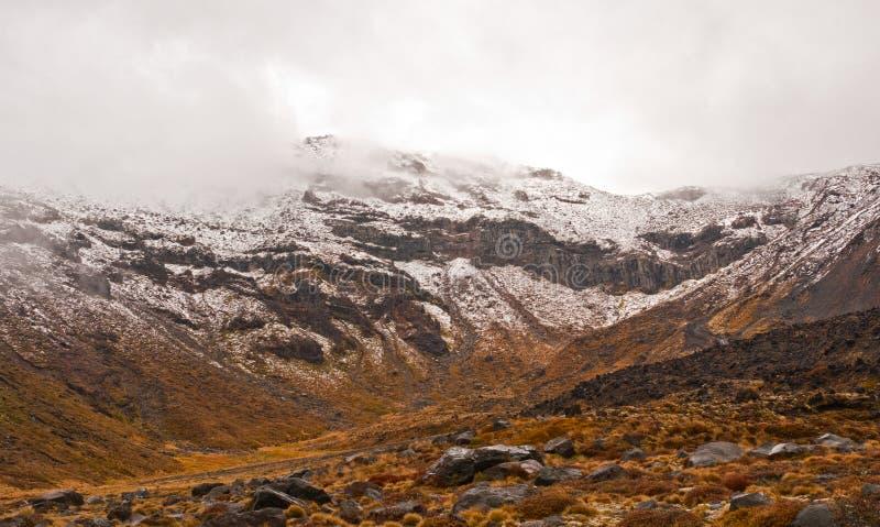 Pico volcánico en nieve de la primavera fotografía de archivo libre de regalías