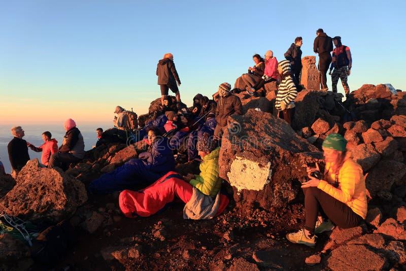 PICO VOLCANO, AÇORES, LE 27 JUILLET 2017 : Grimpeurs attendant le lever de soleil sur le volcan de Pico photo stock