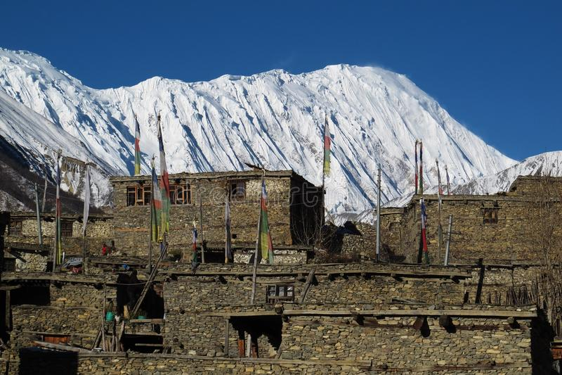 Pico y pueblo Khangsar de Tilicho imagen de archivo