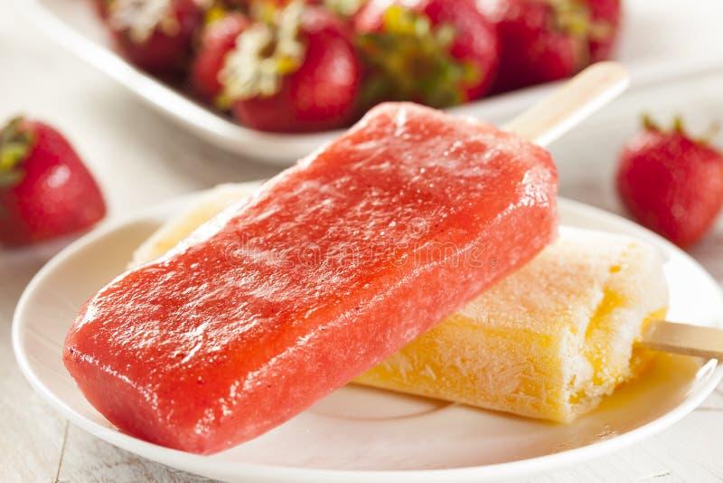 Picolé congelado orgânico frio do fruto da morango foto de stock royalty free