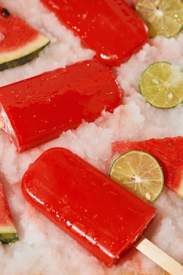 Picolé da melancia e limão cortado na bandeja de gelo imagem de stock
