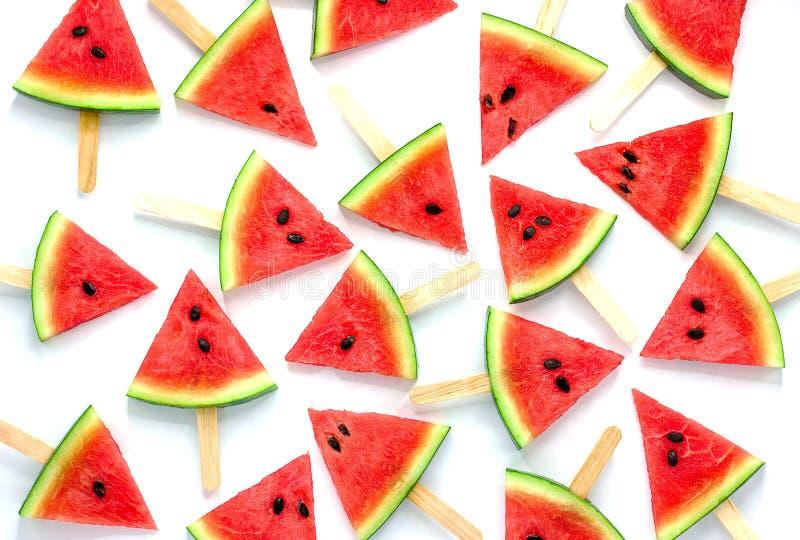 Picolés da fatia da melancia isolados no fundo branco, fundo do fruto imagem de stock
