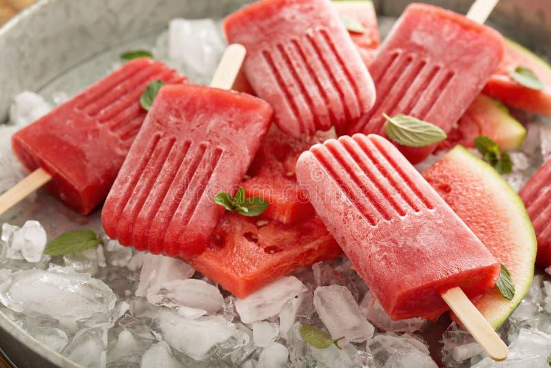 Picolés da melancia e da morango foto de stock