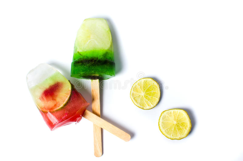 Picolés do fruto gelado isolado no branco fotos de stock