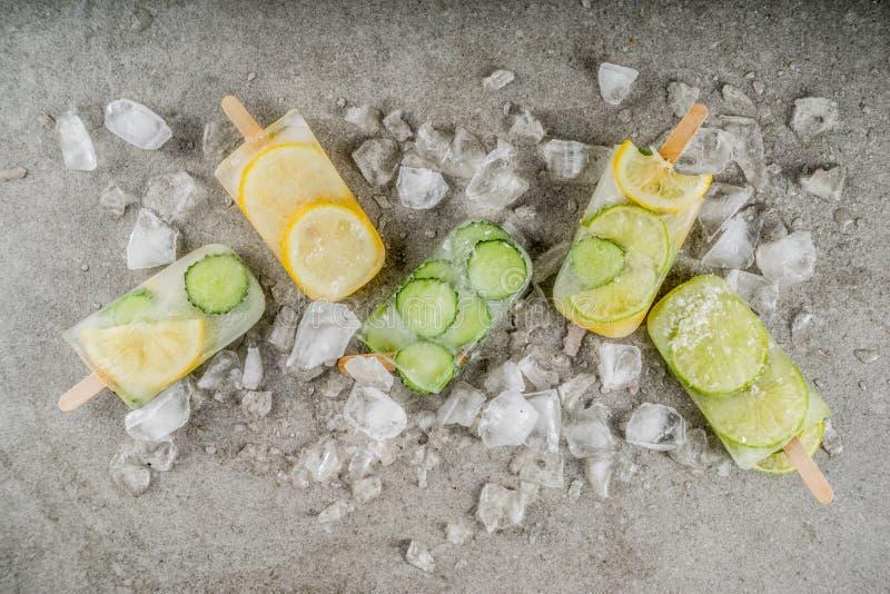 Picolés infundidos do gelado de água imagens de stock