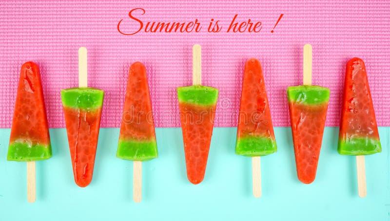 Picol?s flavored melancia do gelado do ver?o no rosa e no fundo azul foto de stock royalty free