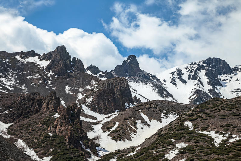 Picos afiados altos nas montanhas fotografia de stock royalty free
