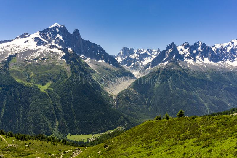 Picos alpinos del macizo de Mont Blanc en junio foto de archivo libre de regalías