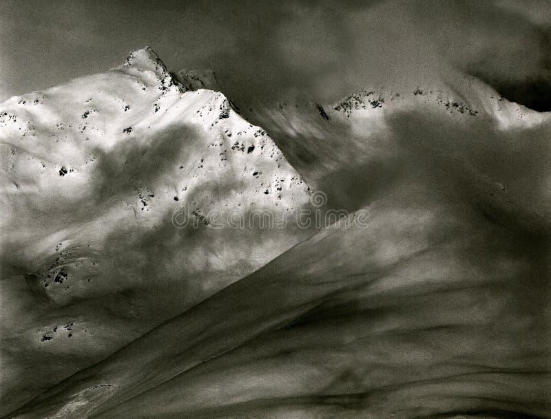 Picos alpinos expostos da cortina das nuvens - Áustria, Tirol imagens de stock