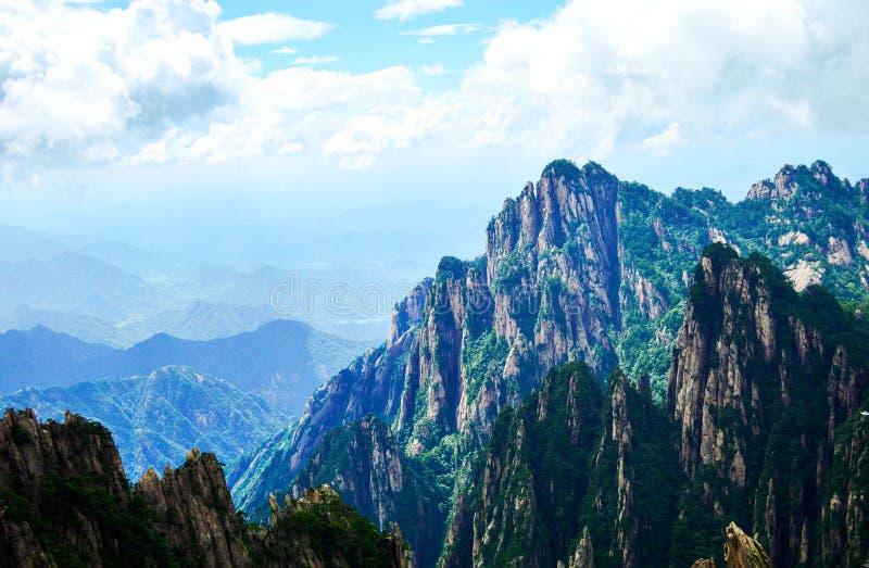 Picos da montanha do amarelo de Huangshan sob a nuvem e o céu azul imagens de stock royalty free