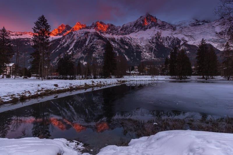Picos de Aiguilles de Chamonix en la puesta del sol en un día de invierno frío visto del lago das Gaillands fotos de archivo libres de regalías