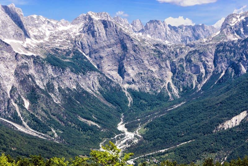 Picos de Alpes albaneses no Parque Nacional do Vale do Valbona, Albânia imagens de stock royalty free