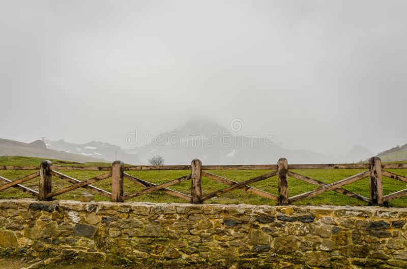 Picos de Europa du point de vue de Piedraslenguas dans la montagne de Palencia image stock