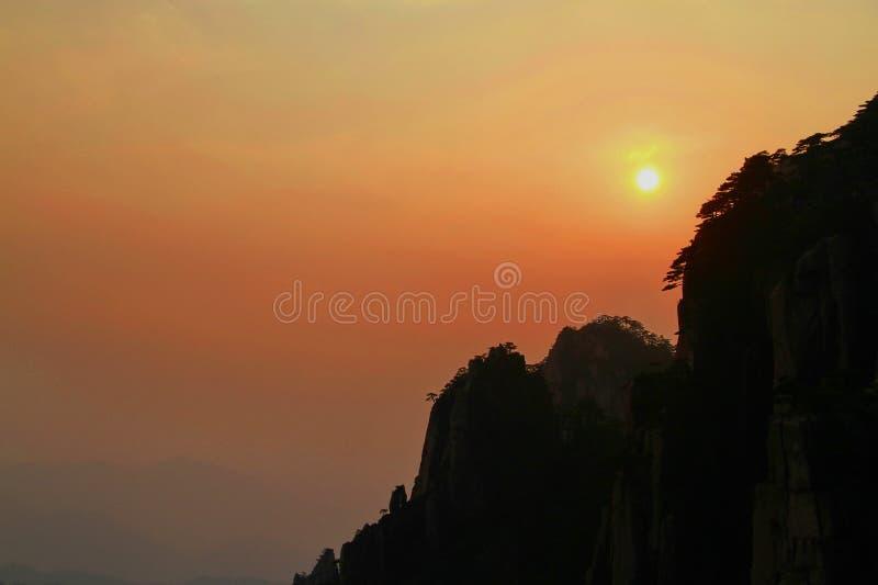 Picos de la montaña de Huangshan en la puesta del sol, China foto de archivo
