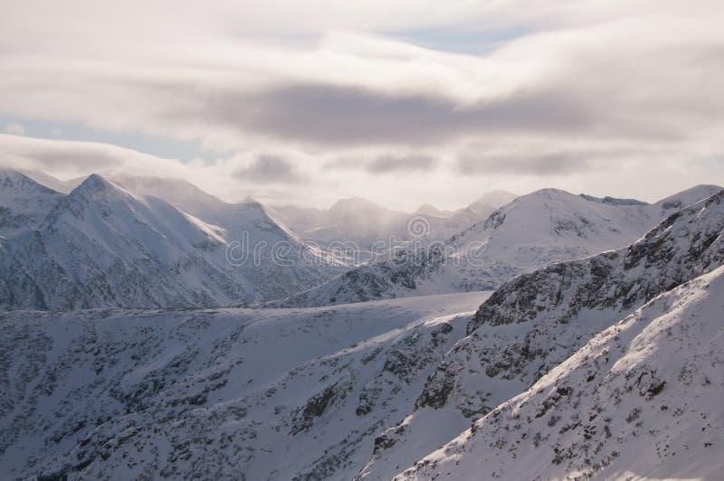 Picos de montaña brumosos foto de archivo