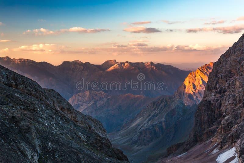 Picos de montaña coloridos en puesta del sol fotos de archivo