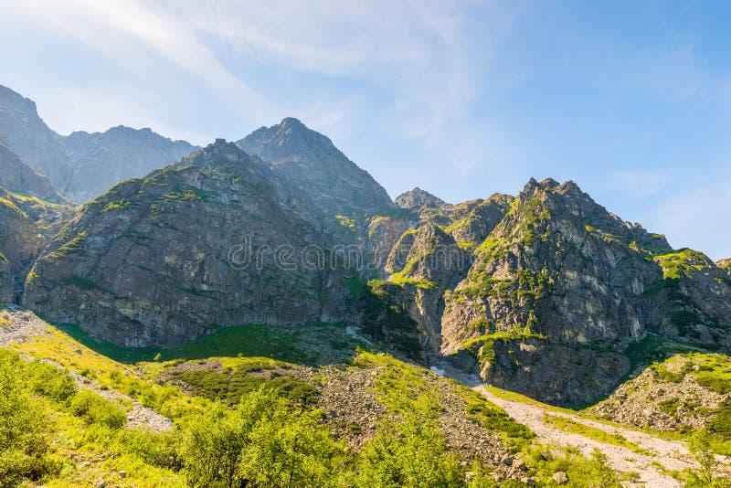 Picos de montaña contra el cielo azul, alto Tatras imagen de archivo libre de regalías