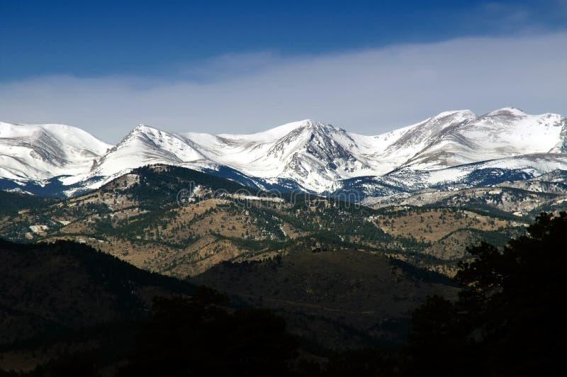 Picos de montaña del invierno de Colorado imagenes de archivo