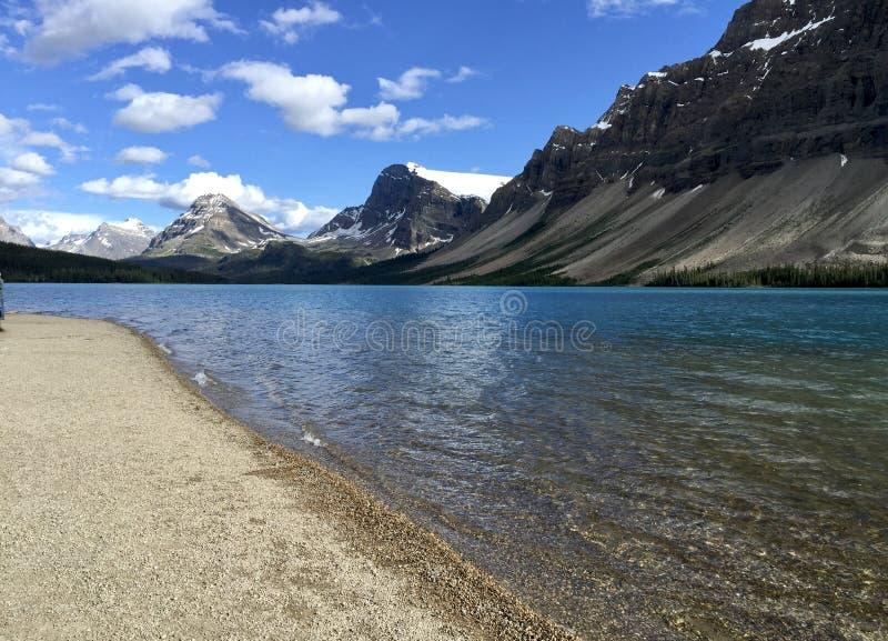 Picos de montaña en el lago bow en Alberta, Canadá fotos de archivo libres de regalías
