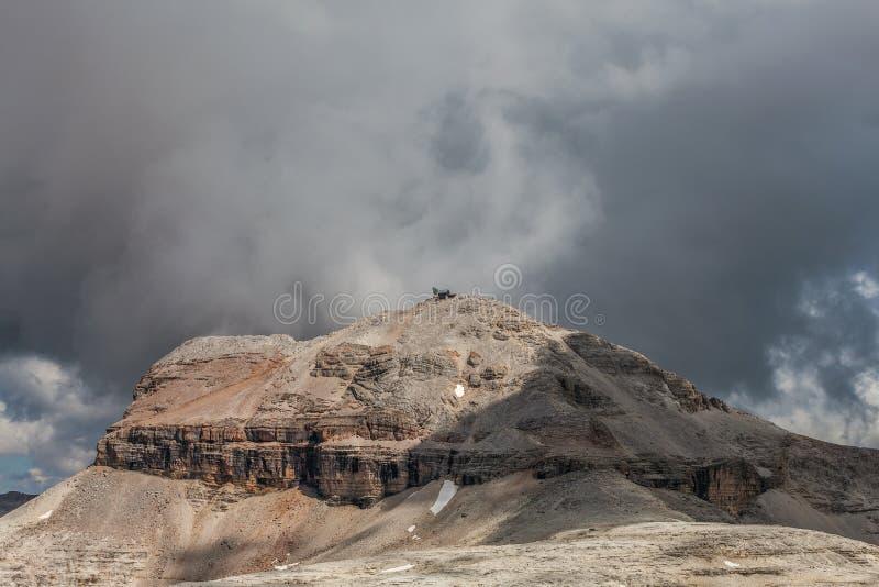 Picos de montaña en las dolomías - Italia foto de archivo