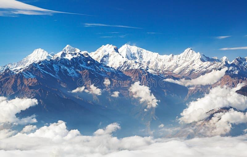 Picos de montaña Himalayan Nevado con el cielo azul y las nubes imagen de archivo