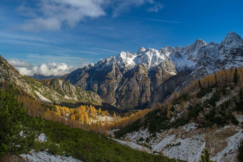 Picos de montaña Nevado debajo del cielo claro fotos de archivo