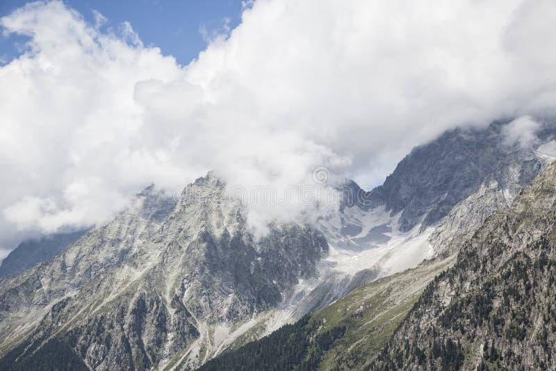 Picos de montaña rocosa en las montan@as austríacas/italianas. fotos de archivo libres de regalías