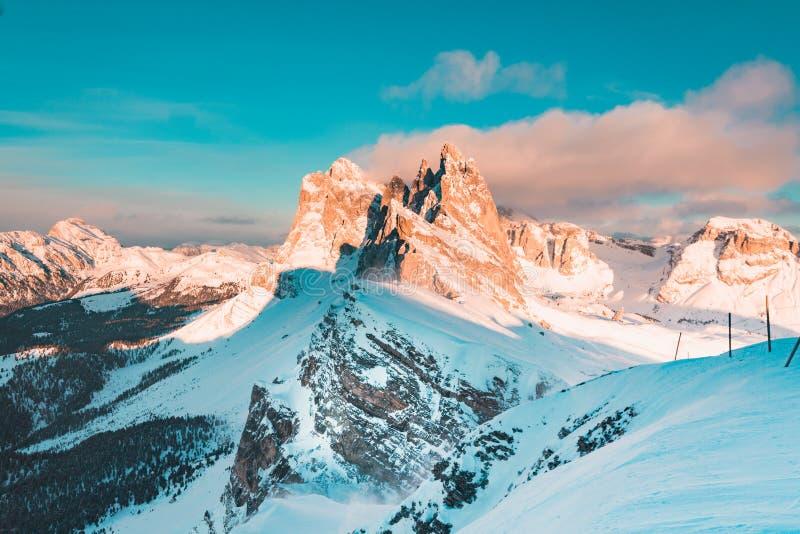 Picos de montaña de Seceda en las dolomías en la puesta del sol en invierno, el Tyrol del sur, Italia imagen de archivo