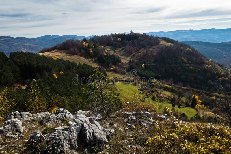 Picos de montaña y Rolling Hills en otoño, montaña de Bobija imagen de archivo libre de regalías