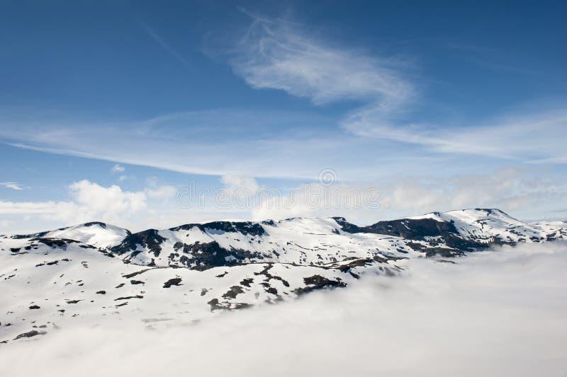 Picos de montañas sobre las nubes, opinión de Dalsnibba de la montaña al fiordo de Geiranger, Noruega fotos de archivo libres de regalías