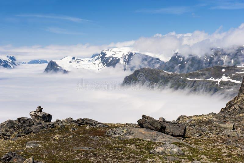 Picos de montañas sobre las nubes, opinión de Dalsnibba de la montaña al fiordo de Geiranger, Noruega foto de archivo libre de regalías
