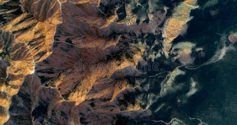 Picos de montanha ásperos, planície levemente curvada, uma paisagem minimalista imagem de stock