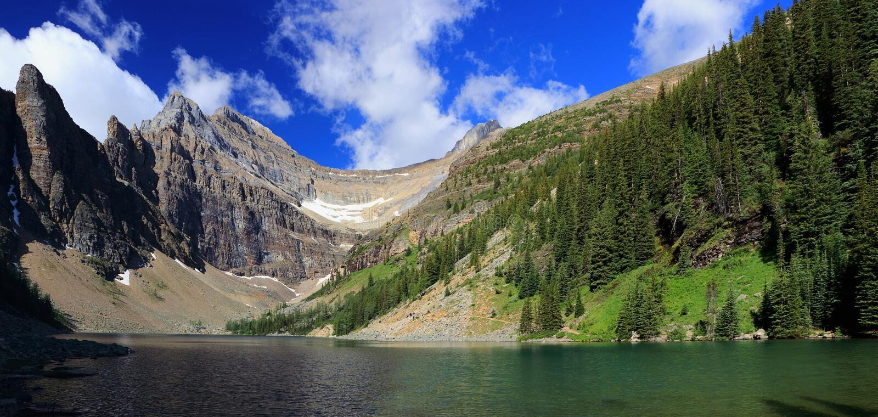 Picos de montanha ásperos que cercam o lago Agnes acima parque nacional de Lake Louise, Banff, Alberta fotografia de stock royalty free