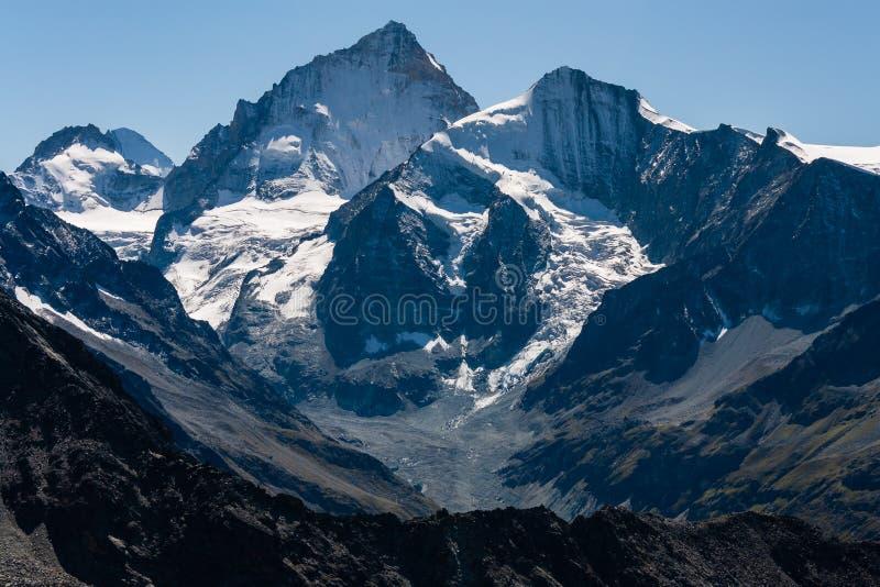 Picos de montanha acima dos d'Anniviers de Val em Suíça foto de stock