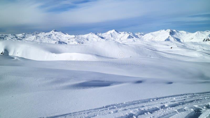 Picos de montanha alpinos, panorama fresco da neve fotos de stock