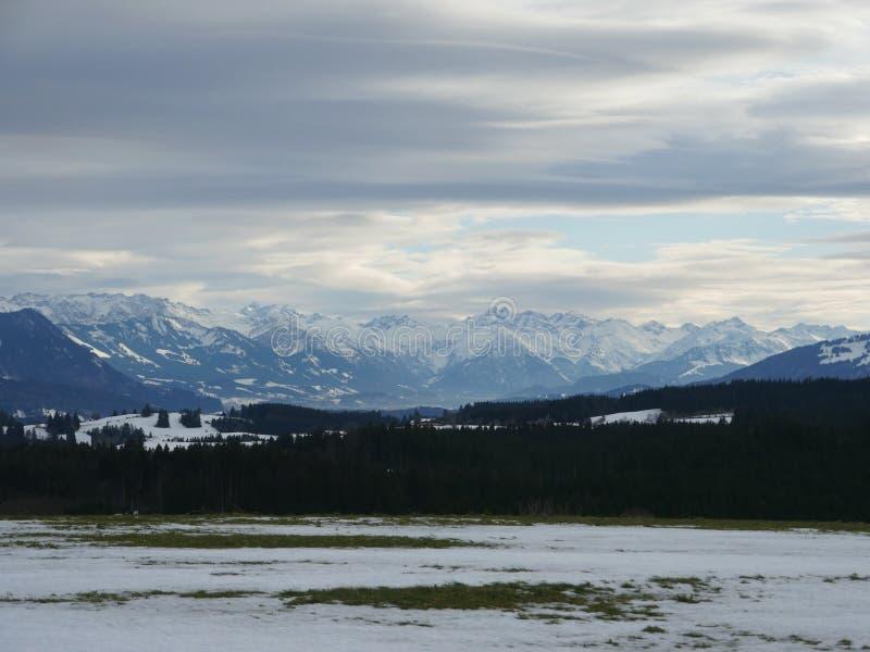 Picos de montanha cobertos de neve do inverno em Europa Grande lugar para esportes fotografia de stock