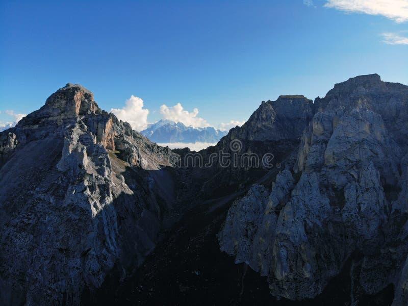 Picos de montanha do Cáucaso que eleva-se acima das nuvens Névoa no desfiladeiro da montanha imagens de stock royalty free