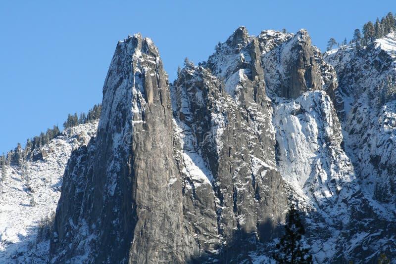 Picos de montanha entalhados foto de stock