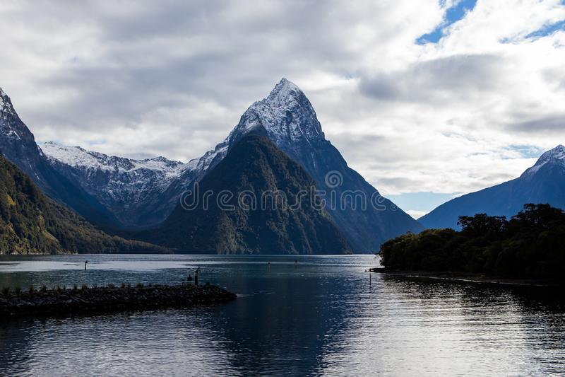 Picos de montanha de Milford Sound na água fotografia de stock royalty free