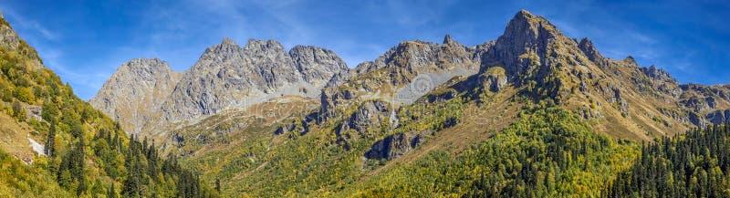 Picos de montanha no lago Kardyvaya Rússia, reserva caucasiano da biosfera fotografia de stock