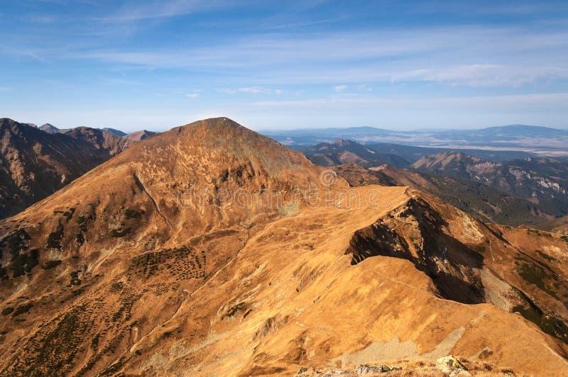 Picos de montanhas no céu azul imagens de stock