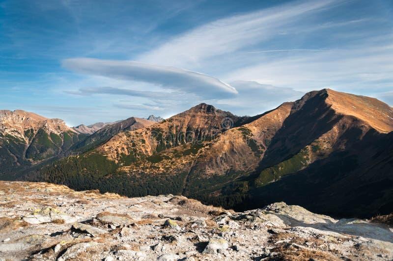 Picos de montanhas no céu azul imagem de stock