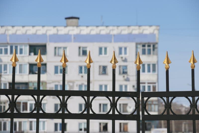 Picos de oro de la cerca del hierro fotografía de archivo libre de regalías